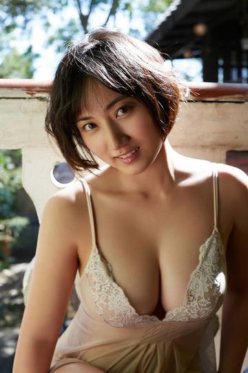 阳光下的日本短发美女写真