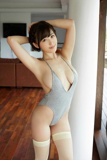 舒展身体的日本大胸美女