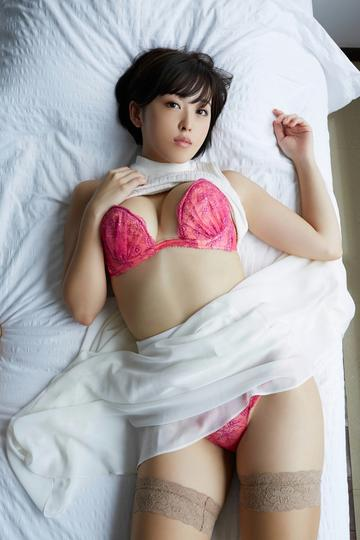 躺在床上的日本性感内衣美女