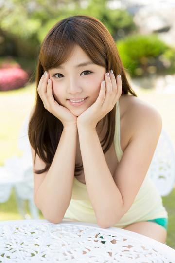 托着脸的日本极品美女写真