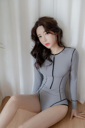 坐在地上的韩国美女模特柳京