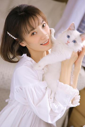 抱着小猫的清纯气质美女