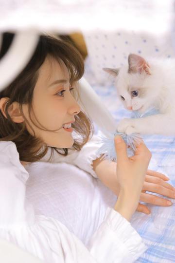 逗猫的清纯美女图片
