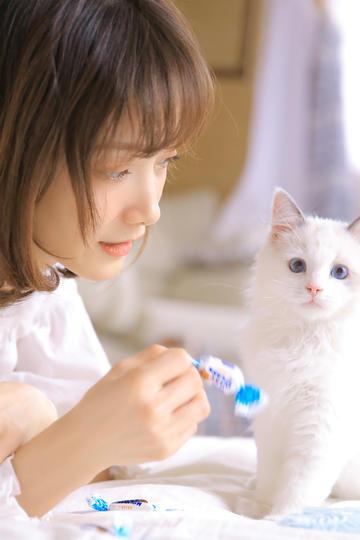 拿糖给猫吃的清纯美女写真