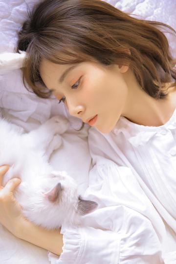 和猫一起睡觉的清纯美女图片
