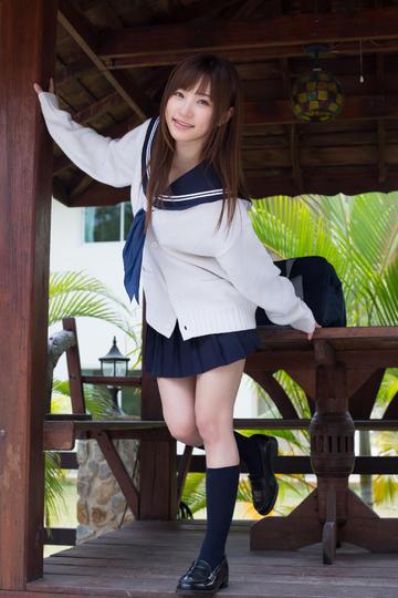 扶着柱子的日本性感超短裙美女写真