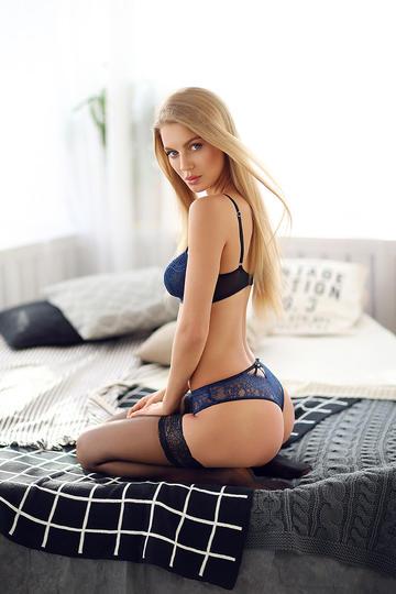 坐在床上的欧美气质翘臀美女