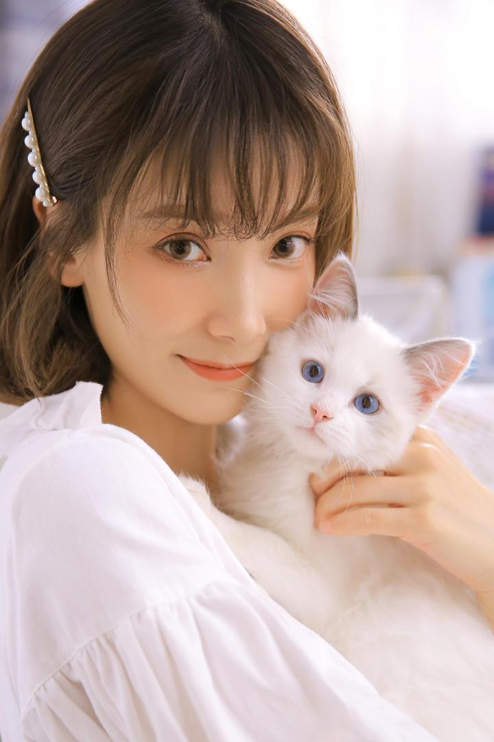 抱着小猫的清纯美女写真
