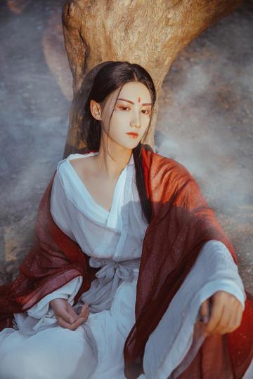 穿红色纱衣的美女女生古装写真图片