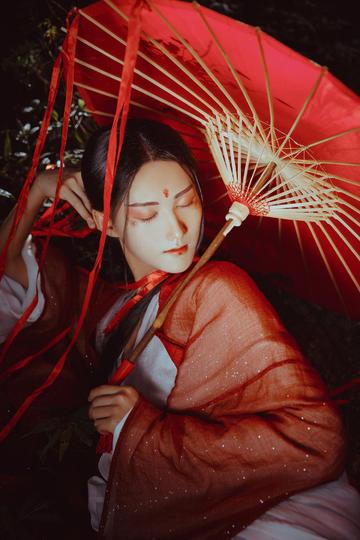 打红色伞的古装美女写真图片