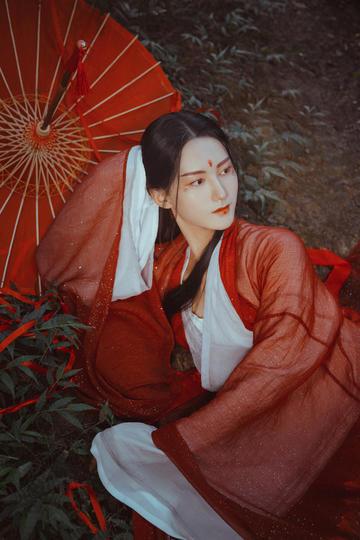 穿红纱古装美女写真图片