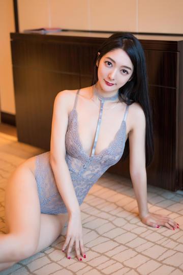 坐在地上的蕾丝内衣美女图片