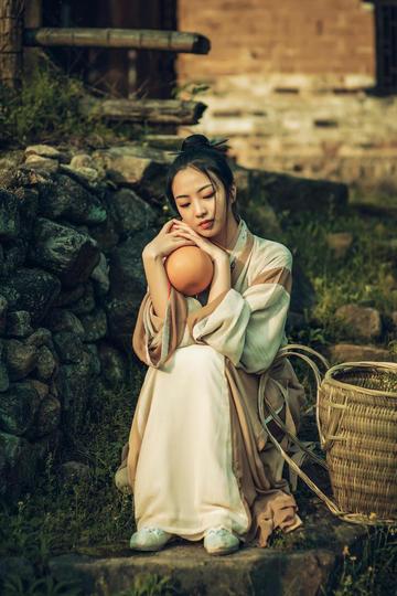抱着葫芦的气质美女写真摄影图片