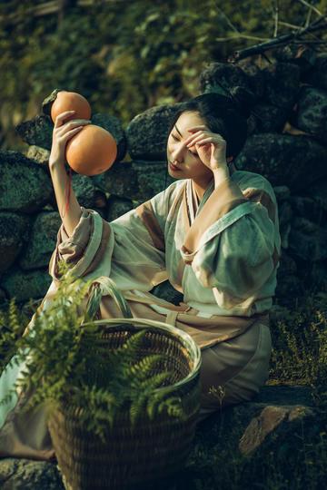 手拿水葫芦的美女写真图片高清