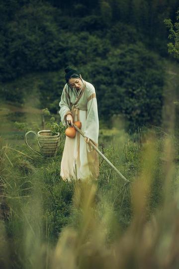 干农活的美女写真图片