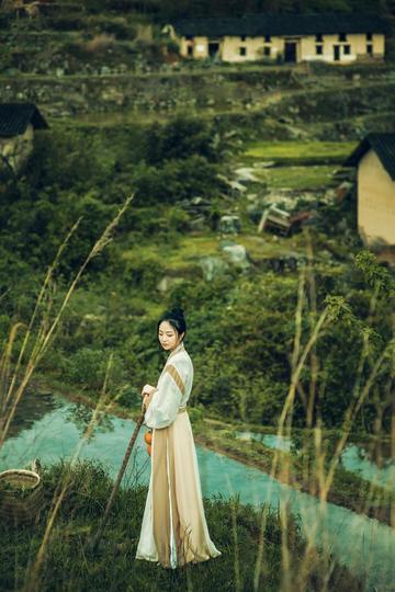 站在村子外的美女艺术写真摄影图片