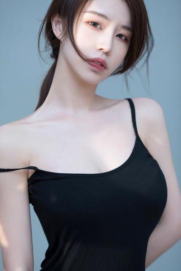 穿着黑色吊带的高清美女大图