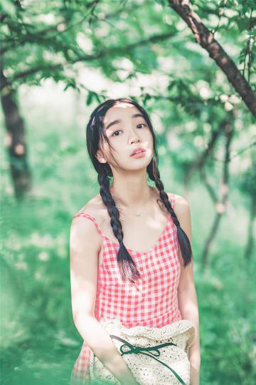 站在森林里高清美女图片