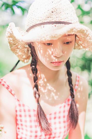 高清唯美戴着草帽的美女图片