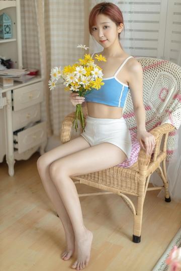 坐在椅子上的极品美腿美女写真图片