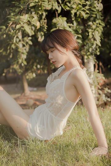 坐在草地上的清纯美女摄影图片