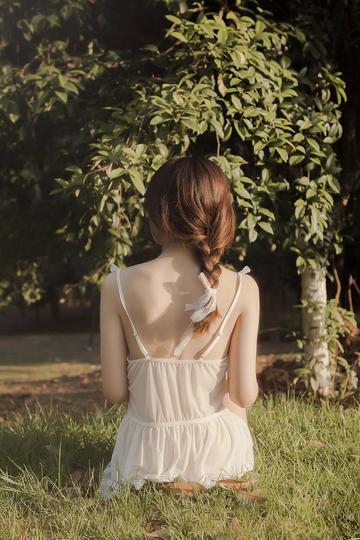 坐在草地上的高清美女户外写真图片