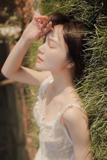 躺在草地上的高清美女图片