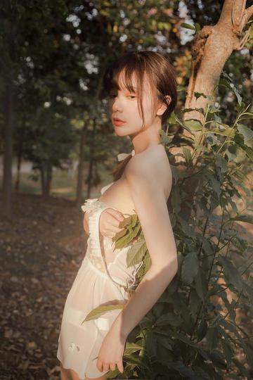 靠在树上的高清唯美女生户外写真图片