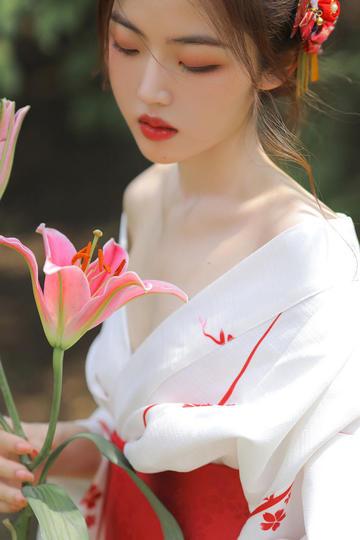 拿着鲜花的高清古装美女图片