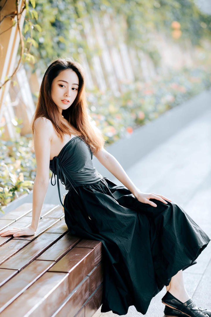 高清坐在长椅上的气质美女图片集